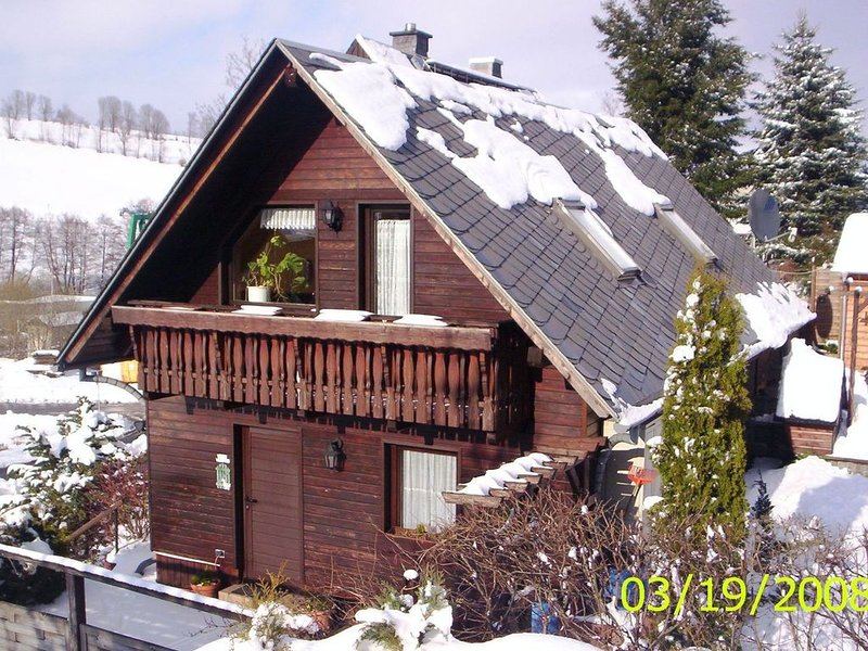 An attached, five-person holiday home surrounded by woods., alquiler vacacional en Crottendorf