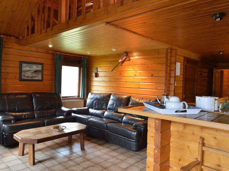 A wooden chalet located in a quiet and green environment, casa vacanza a Ovifat