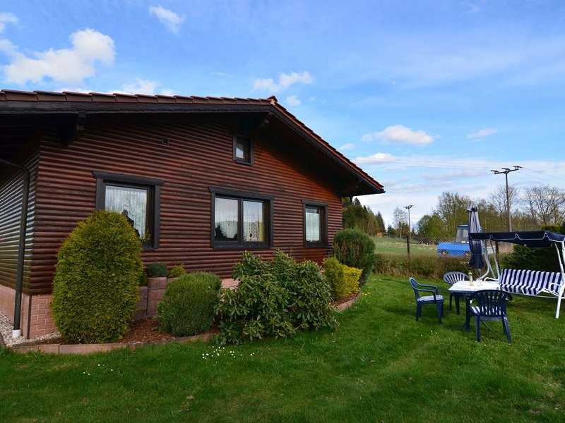 Holiday house in quiet, sunny setting in the Thuringian Forest; garden and grill, casa vacanza a Frauenwald