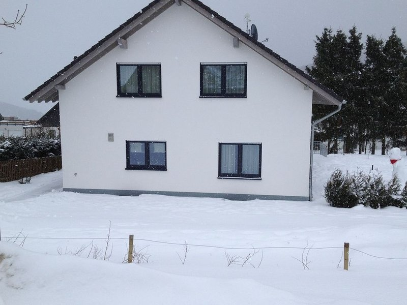 New and modern holiday house with a large garden, sunbathing lawn and terrace, aluguéis de temporada em Winterberg