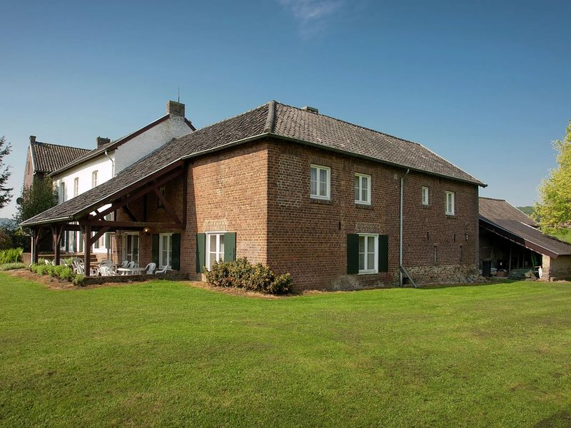 Traditional half-timbered farmhouse in the beautiful, hilly landscape of South-, aluguéis de temporada em Teuven