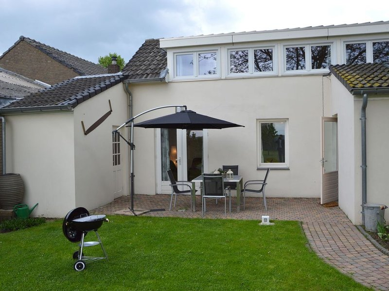 Lovely house with clear view of the Limburg hills, holiday rental in Klimmen