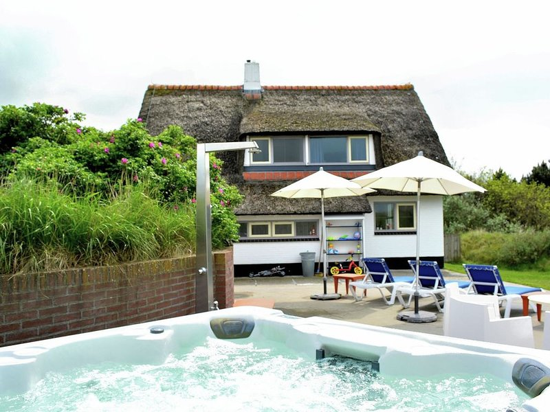 Thatched house on Ameland with jacuzzi and large garden, vacation rental in Ameland