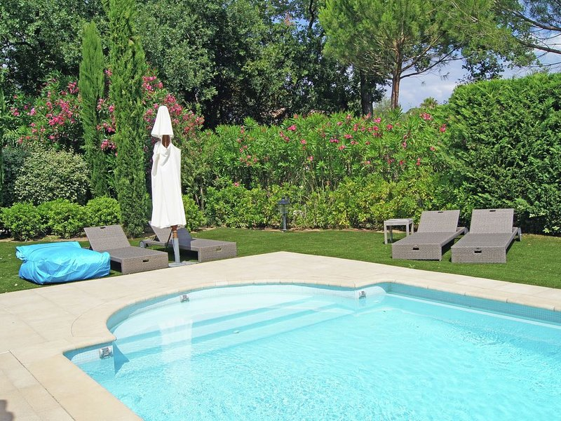 Plushy Villa in Saint Tropez with Pool and 2 Pvt. Terraces, holiday rental in Saint-Tropez