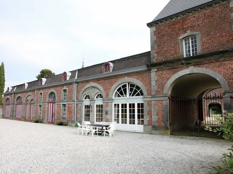 Holiday home for 10 people set in castle grounds dating back to the 18th century, location de vacances à Hamois