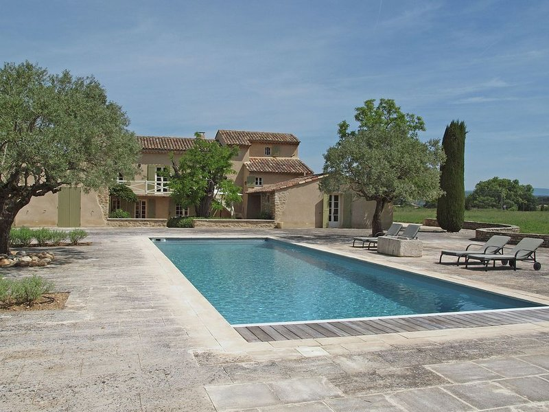 Luxury air conditioned Mas with private pool, 4 suites and expansive views of t, location de vacances à Oppède