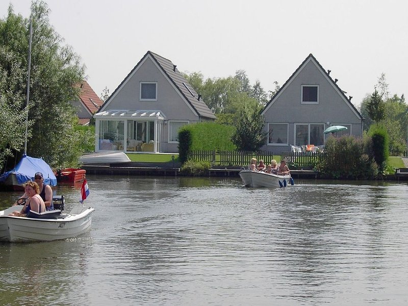 Tidy bungalow with dishwasher, close to the water, holiday rental in Medemblik