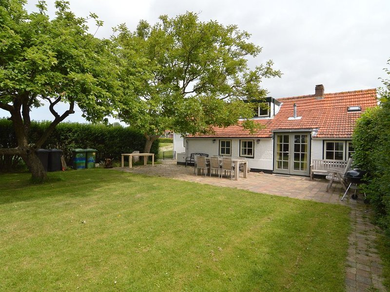 Warmly decorated holiday home with wonderful garden near the beach., vacation rental in Oostburg