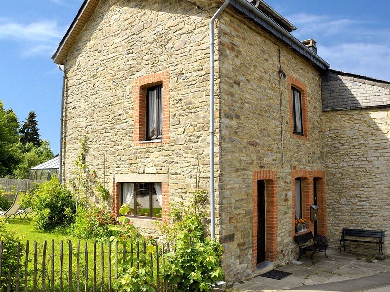 Vintage Cottage with Shared Garden in Paliseul, holiday rental in Paliseul