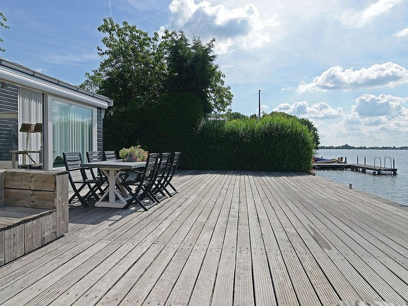 Stylish holiday home with gorgeous location right on the water (Reeuwijk Lakes), location de vacances à Streefkerk