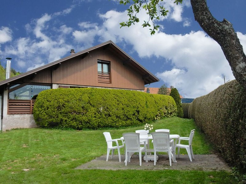 Spacious Chalet 8 km. away from a big lake, holiday rental in Fraize