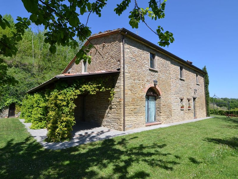 Stone house in the green rolling hills of the Apennines with garden., alquiler vacacional en Dovadola
