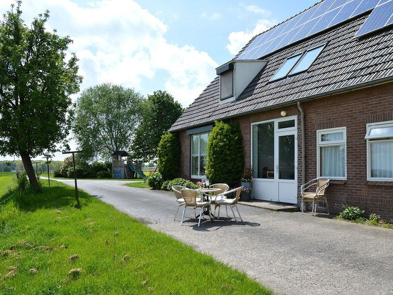 Experience peace and tranquility in a landscape with vast forests, Ferienwohnung in Spijk