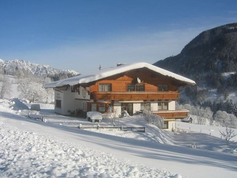 Wonderful sunny apartment in the enormous ski area of Schladming., holiday rental in Gleiming