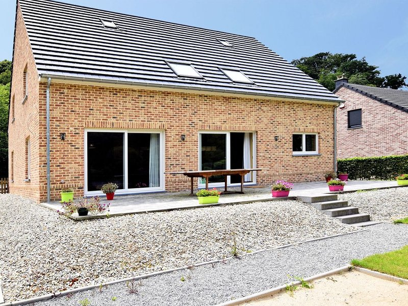 Modern Holiday Home in Hastiere near Forest, Ferienwohnung in Dinant