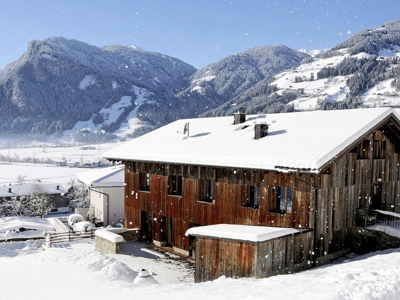 New, luxurious holiday home with parking garage near famous Mayrhofen, alquiler vacacional en Hippach