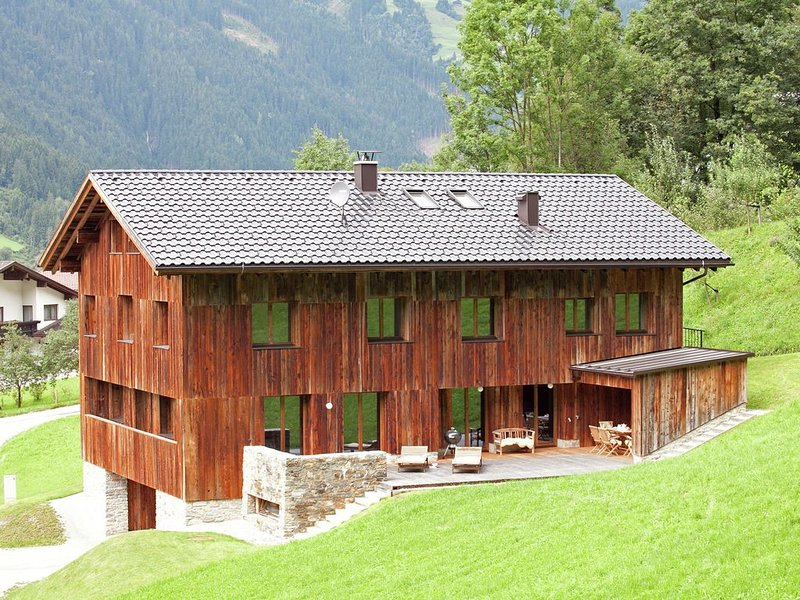 Grand Apartment in Mayrhofen with Infrared Sauna & Artistic Interiors, holiday rental in Hippach
