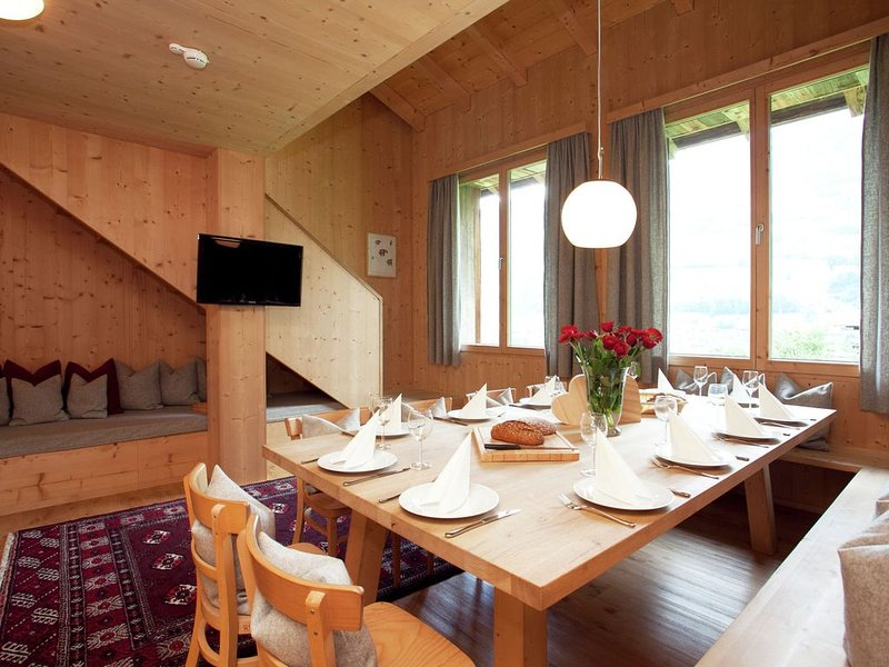 Grand Apartment in Mayrhofen with Infrared Sauna & Artistic Interiors, alquiler vacacional en Hippach