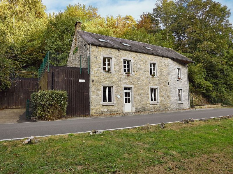 Charming and very well renovated country house, location de vacances à Profondeville