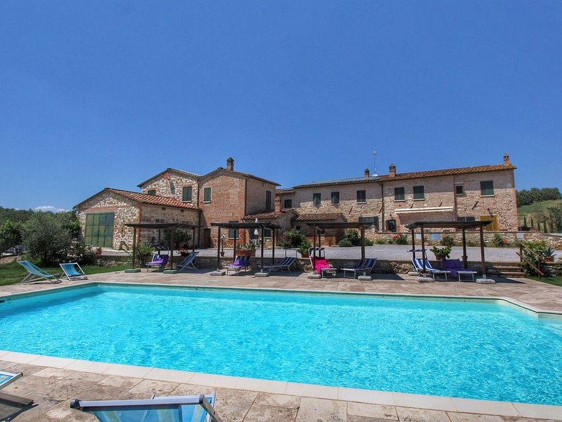 Lovely Farmhouse in Asciano with Swimming Pool, casa vacanza a Asciano