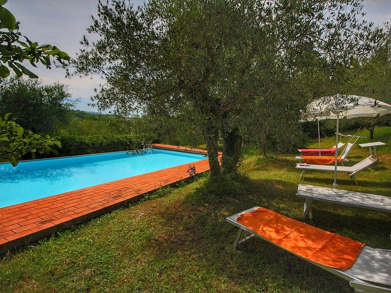 Pretty Farmhouse in Siena with Shared Swimming Pool, Ferienwohnung in Colombaio