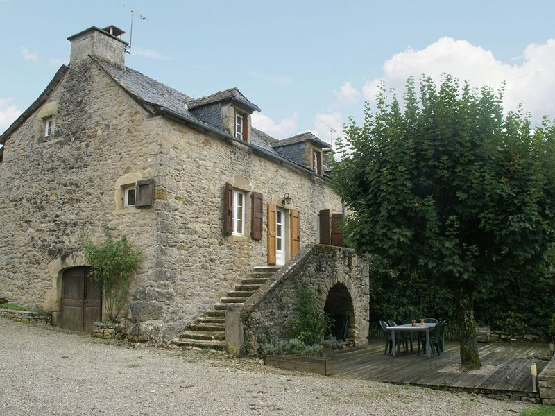 Nature, culture and stunning views at rural holiday home in the south of France, alquiler vacacional en Sainte-Eulalie-d'Olt