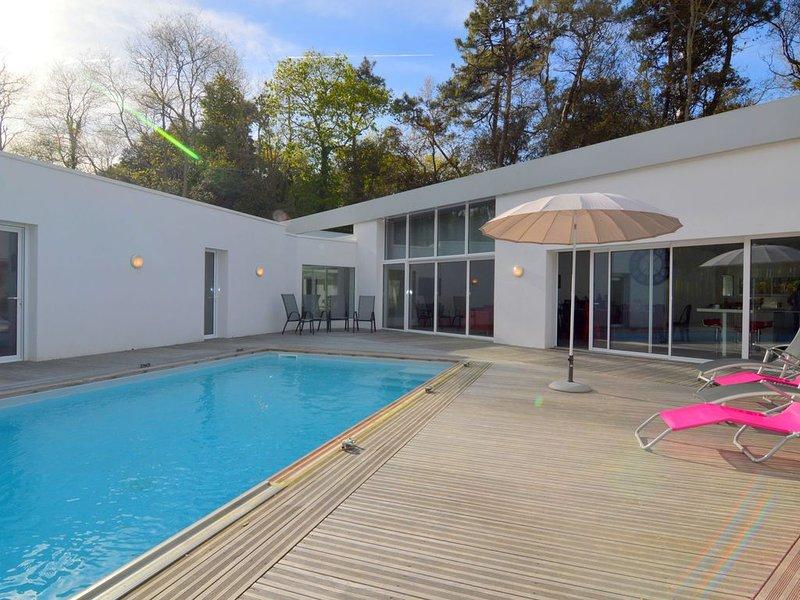 Villa with High-End Kitchen, Jacuzzi & Pool in Longeville sur mer, vacation rental in Longeville-sur-mer