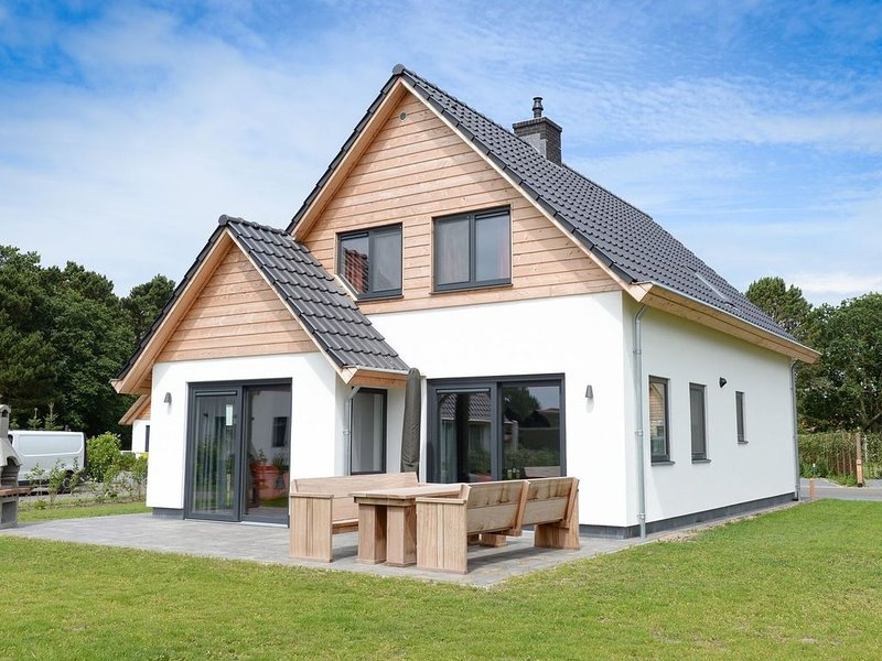 Beautiful villa in a small park within National Park, vacation rental in Den Hoorn