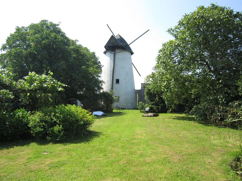 Beautiful restored windmill from 1816 with beautiful big garden., location de vacances à Kluisbergen-Ruien