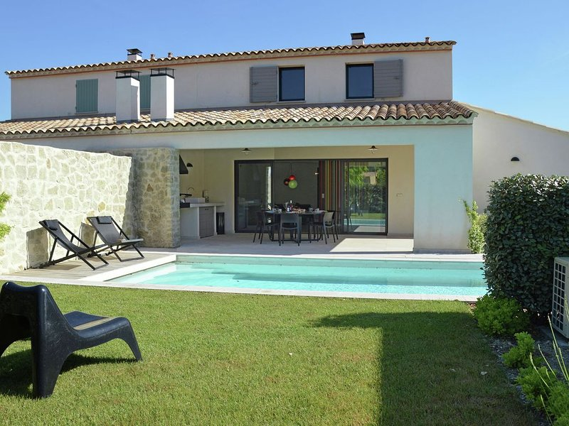 Luxury villa with private heated pool in domain within walking distance of Mala, holiday rental in Malaucene