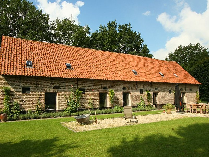 Former stables, converted into a beautiful rural holiday home with a common saun, holiday rental in Pittem