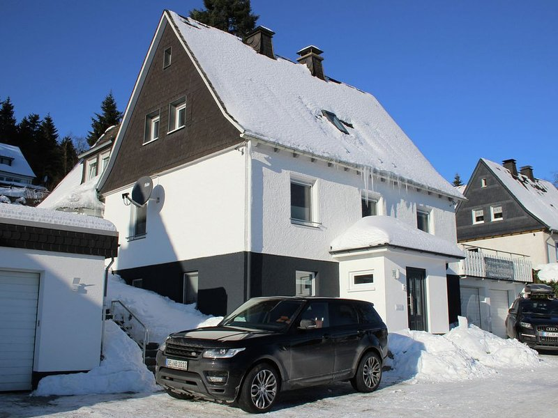 Holiday home in a quiet location directly above the 'Postwiese' skiin, aluguéis de temporada em Winterberg