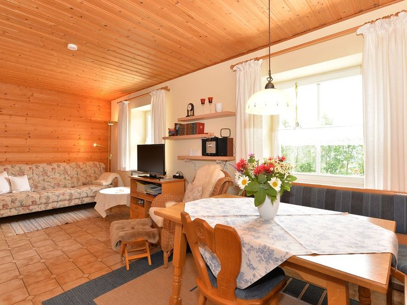 Bright holiday apartment with terrace and very well cared-for garden, holiday rental in Lower Bavaria