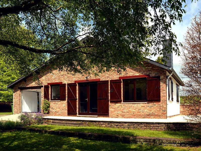 Cozy bungalow with large enclosed garden in the Western Ardennes, holiday rental in Alle