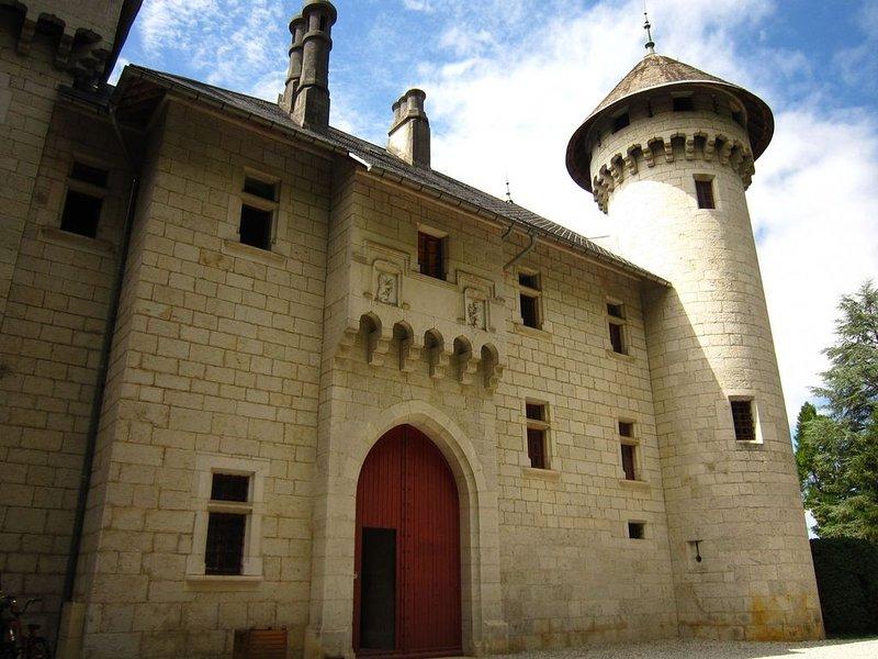 Alluring Castle in Serrières-en-Chautagn with Pool, location de vacances à Artemare