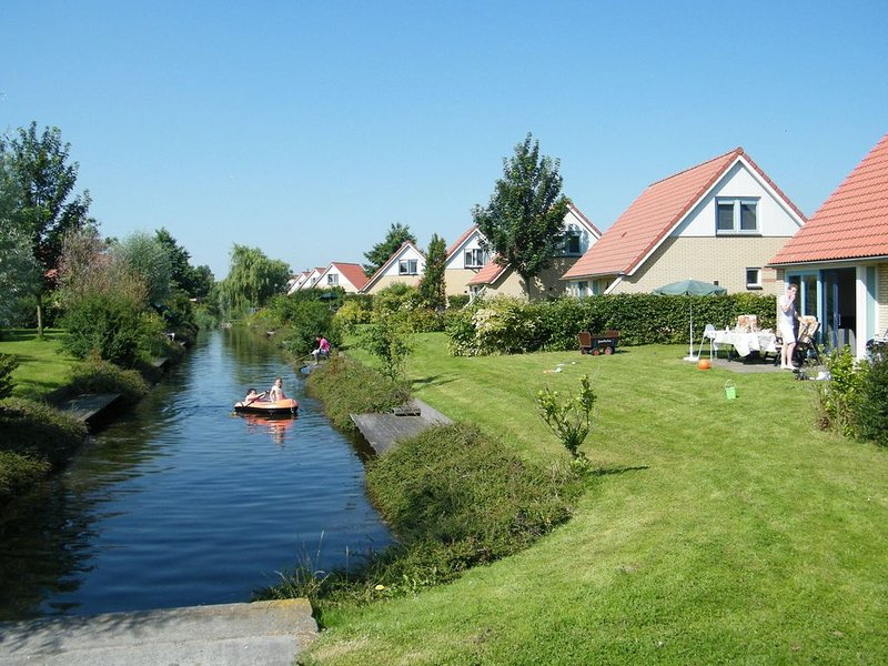 Child friendly villa with enclosed garden, 19 km. from Hoorn, vacation rental in Andijk