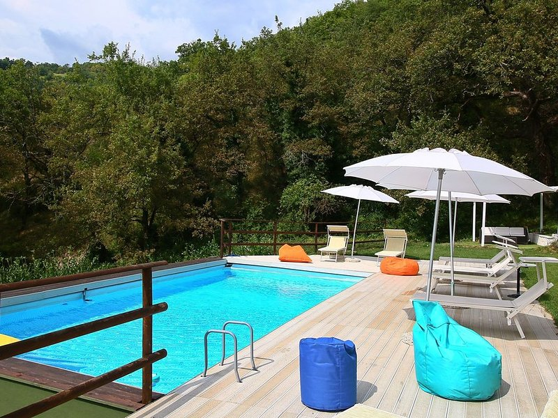Beautiful house with swimming pool, large garden and beautiful lush surroundings, holiday rental in Genga