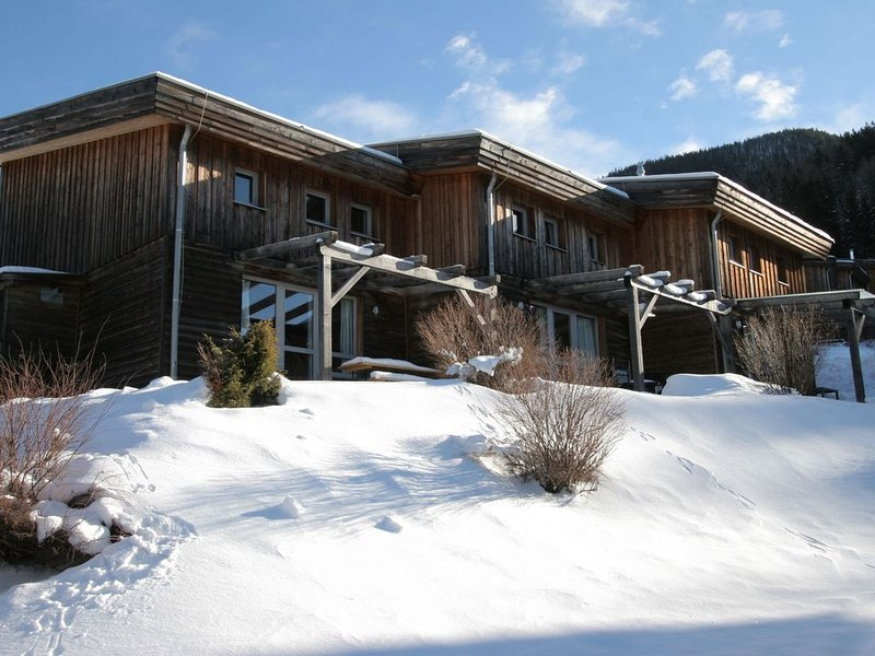 Cosy wooden chalet in the holiday village of Hohentauern, casa vacanza a Moederbrugg