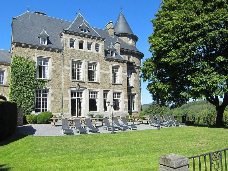 main building of a castle in the valley of Aisne, holiday rental in Beffe