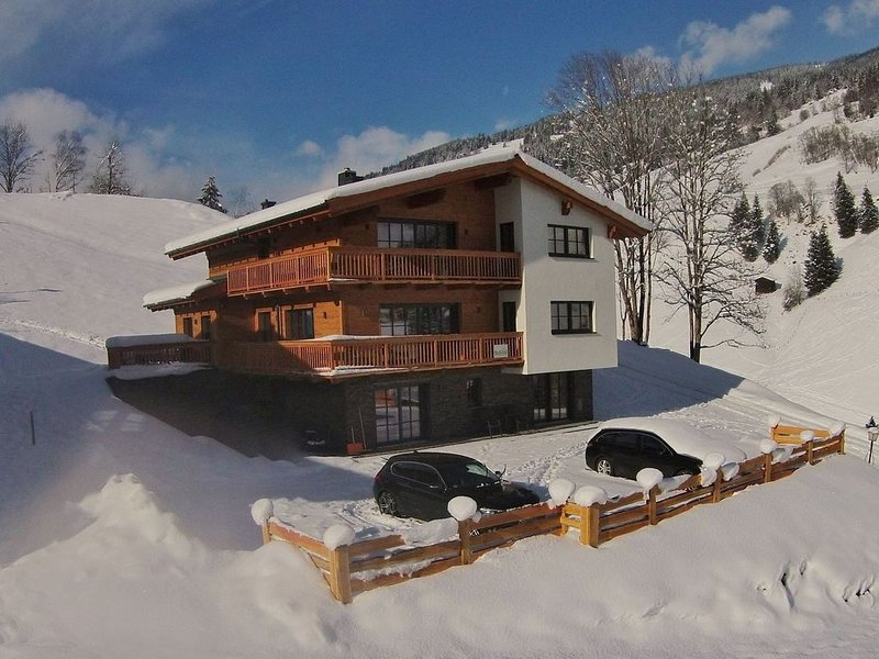Luxury chalet built in 2015, right next to the ski slope and lift in Saalbach, aluguéis de temporada em Saalbach-Hinterglemm