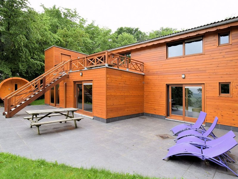 Luxurious Chalet in Beauraing with Sauna, holiday rental in Heer