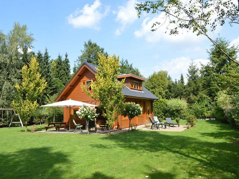 Beautiful wooden villa on a large private site on the Veluwe, holiday rental in Vaassen