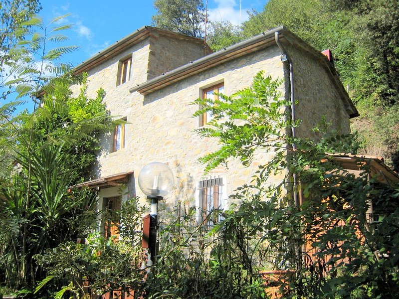 Authentic colonial property set in the Tuscan hills., alquiler vacacional en Marliana