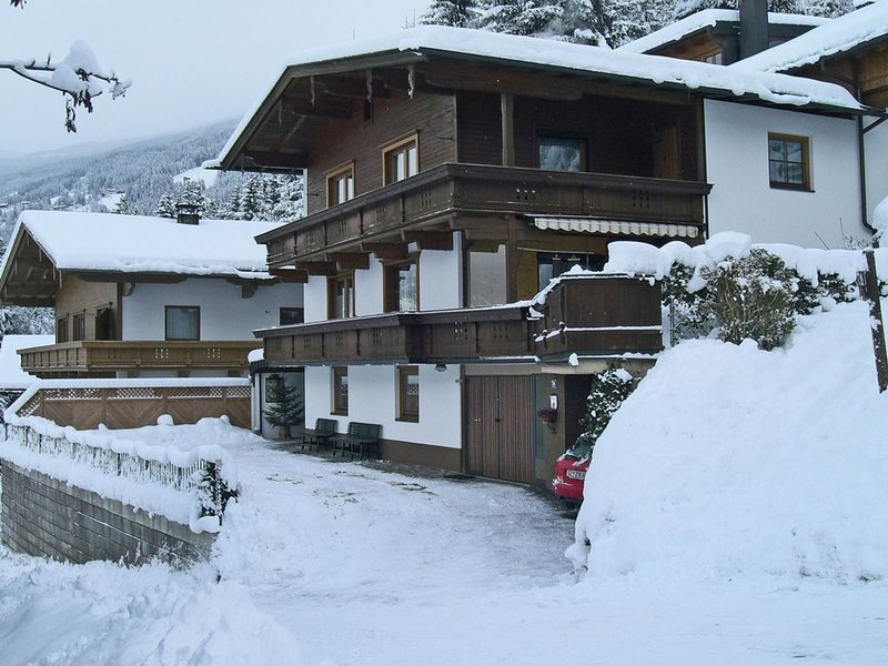 Holiday home with location in the mountains with ski shuttle in front of the do, holiday rental in Hainzenberg