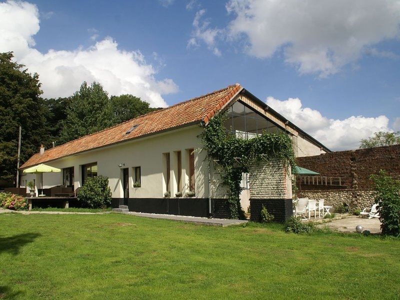 Luxurious holiday home with covered swimming pool and enormous grounds near Cou, vacation rental in Nielles-le-Blequin
