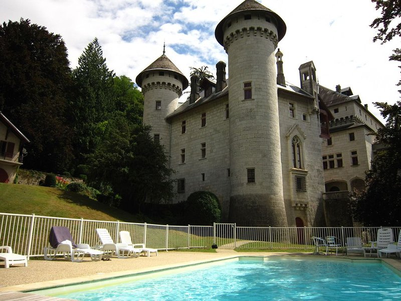 pretty castle with a magnificent view on the valley, location de vacances à Artemare