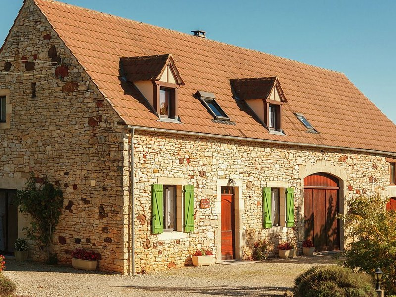 Rural detached holiday home with garden and magnificent view in France, location de vacances à Dégagnac
