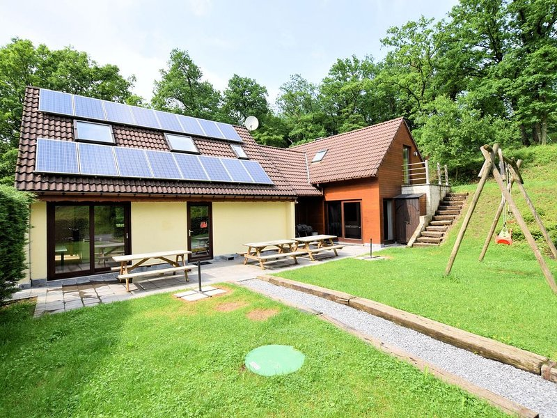 Quiet, comfortable house with sauna, jacuzzi and sunny garden, holiday rental in Heer