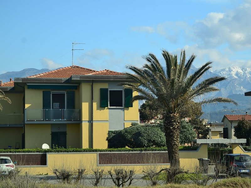 Cozy Holiday Home with Terrace in Carrara, holiday rental in Carrara
