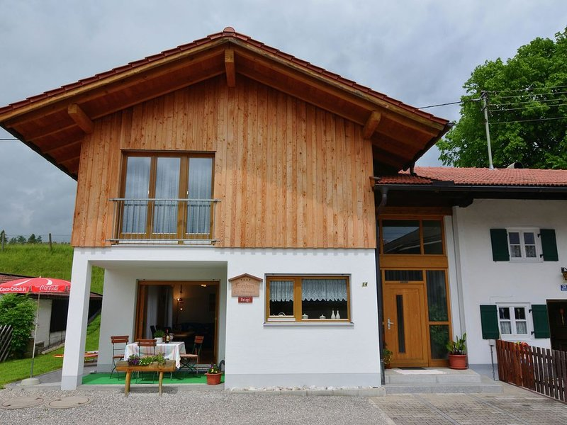 A holiday home for six people on the edge of the Alps. You will enjoy sole occu, casa vacanza a Ingenried